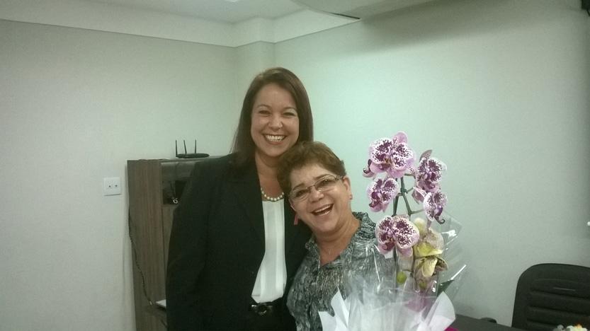 Ana Cláudia recebendo  de Margarida Silva flores de agradecimentos
