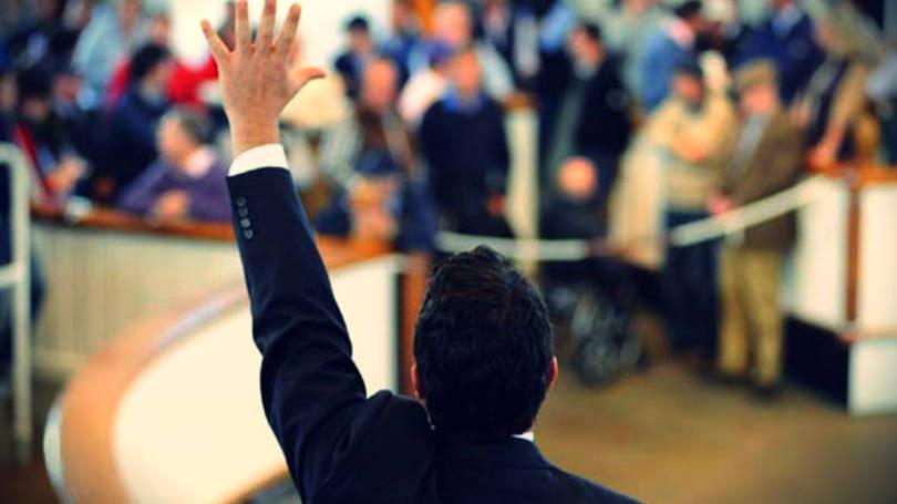 Homem com a mão para cima